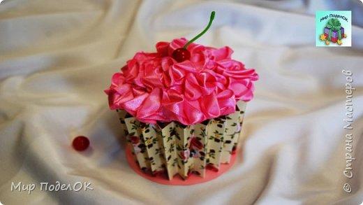 Многие из нас любят пирожные.  Особенно такие яркие и аппетитные, с ягодкой сверху.  А если в таком пирожном принести конфеты или небольшой подарок? Думаю, мало кто откажется от такого приятного сюрприза. Чтобы сделать такую кексик-шкатулку для подарка нам понадобится: - цветной картон (один лист с рисунком, другой - без рисунка); - пластиковый стакан объемом 500 мл; - клеевой пистолет; - большая бусина красного цвета; - атласная лента (шириной 2 см, длиной - 2,5-3 метра); - иголка с ниткой в тон ленте; -пластмассовая палочка от искусственных цветов.  Подписывайтесь на мой канал! Там много интересного!