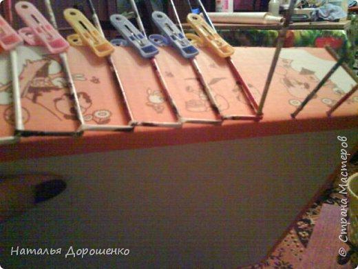 Итак снизу вверх: 1. Коробушка на колесиках с любимой и удобной ручкой. 2. Тумбочка (табуретка)из лозы. 3.Люлька из трубочек(мамина работа-подарок мне для мишек) фото 2