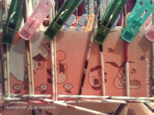 Итак снизу вверх: 1. Коробушка на колесиках с любимой и удобной ручкой. 2. Тумбочка (табуретка)из лозы. 3.Люлька из трубочек(мамина работа-подарок мне для мишек) фото 5