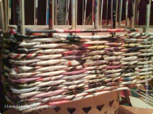 Итак снизу вверх: 1. Коробушка на колесиках с любимой и удобной ручкой. 2. Тумбочка (табуретка)из лозы. 3.Люлька из трубочек(мамина работа-подарок мне для мишек) фото 8