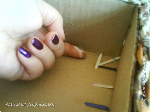 Итак снизу вверх: 1. Коробушка на колесиках с любимой и удобной ручкой. 2. Тумбочка (табуретка)из лозы. 3.Люлька из трубочек(мамина работа-подарок мне для мишек) фото 12