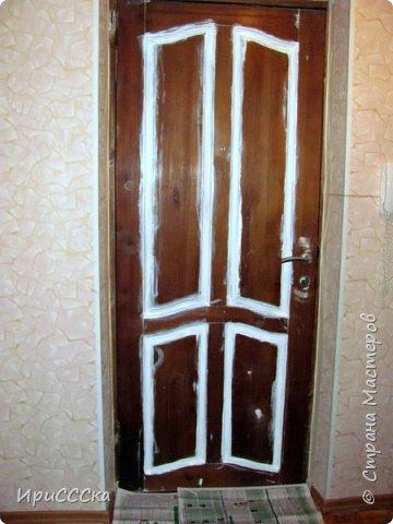 Сегодня покажу и расскажу, как преобразить старую надоевшую деревянную дверь во что-то более современное. Итак, нам потребуется: 1) Белая полуглянцевая акриловая эмаль - 230 руб. за 0,9л. 2) Золотая аэрозольная краска KUDO - 180 руб. 3) Кисточка - 35 руб. 4) Маленький валик - 45 руб. Итого: 490 руб. По правилам, сначала нужно снять дверь с петель и убрать всю фурнитуру. Краска ляжет ровнее, если полотно будет находиться в горизонтальном положении.  Но трудности нам не страшны... будем работать с установленной дверью.   фото 4