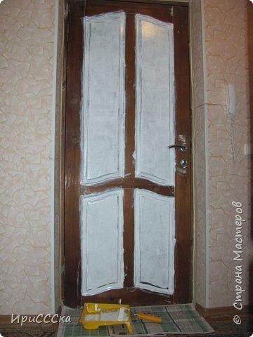 Сегодня покажу и расскажу, как преобразить старую надоевшую деревянную дверь во что-то более современное. Итак, нам потребуется: 1) Белая полуглянцевая акриловая эмаль - 230 руб. за 0,9л. 2) Золотая аэрозольная краска KUDO - 180 руб. 3) Кисточка - 35 руб. 4) Маленький валик - 45 руб. Итого: 490 руб. По правилам, сначала нужно снять дверь с петель и убрать всю фурнитуру. Краска ляжет ровнее, если полотно будет находиться в горизонтальном положении.  Но трудности нам не страшны... будем работать с установленной дверью.   фото 5