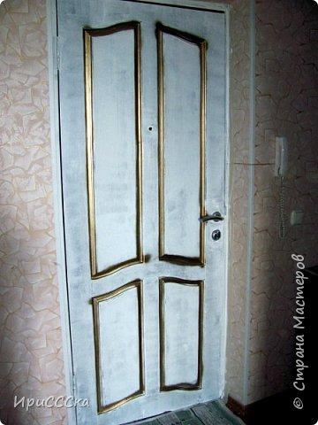 Сегодня покажу и расскажу, как преобразить старую надоевшую деревянную дверь во что-то более современное. Итак, нам потребуется: 1) Белая полуглянцевая акриловая эмаль - 230 руб. за 0,9л. 2) Золотая аэрозольная краска KUDO - 180 руб. 3) Кисточка - 35 руб. 4) Маленький валик - 45 руб. Итого: 490 руб. По правилам, сначала нужно снять дверь с петель и убрать всю фурнитуру. Краска ляжет ровнее, если полотно будет находиться в горизонтальном положении.  Но трудности нам не страшны... будем работать с установленной дверью.   фото 7