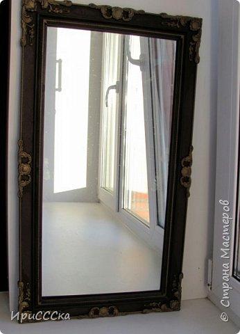 Сегодня покажу и расскажу, как преобразить старую надоевшую деревянную дверь во что-то более современное. Итак, нам потребуется: 1) Белая полуглянцевая акриловая эмаль - 230 руб. за 0,9л. 2) Золотая аэрозольная краска KUDO - 180 руб. 3) Кисточка - 35 руб. 4) Маленький валик - 45 руб. Итого: 490 руб. По правилам, сначала нужно снять дверь с петель и убрать всю фурнитуру. Краска ляжет ровнее, если полотно будет находиться в горизонтальном положении.  Но трудности нам не страшны... будем работать с установленной дверью.   фото 12
