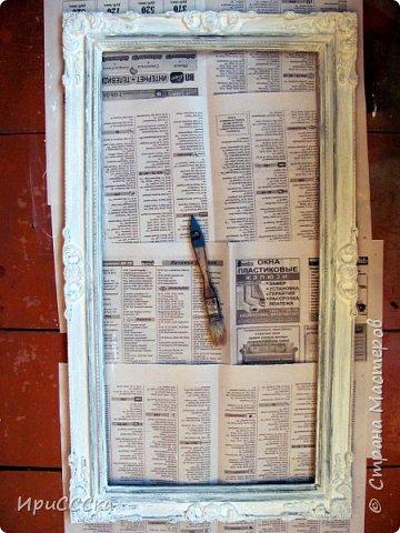 Сегодня покажу и расскажу, как преобразить старую надоевшую деревянную дверь во что-то более современное. Итак, нам потребуется: 1) Белая полуглянцевая акриловая эмаль - 230 руб. за 0,9л. 2) Золотая аэрозольная краска KUDO - 180 руб. 3) Кисточка - 35 руб. 4) Маленький валик - 45 руб. Итого: 490 руб. По правилам, сначала нужно снять дверь с петель и убрать всю фурнитуру. Краска ляжет ровнее, если полотно будет находиться в горизонтальном положении.  Но трудности нам не страшны... будем работать с установленной дверью.   фото 14