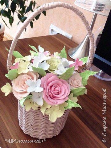 Цветы из японской полимерной глины-это цветы, которые никогда не завянут, это подарок, который будет радовать свою хозяйку очень и очень долго.  Мой первый самостоятельный опыт в лепке цветов из потрясающей японской полимерной глины.  Совместная работа с мастером Олиffка (корзиночка сплетена из бумажной лозы)   фото 2