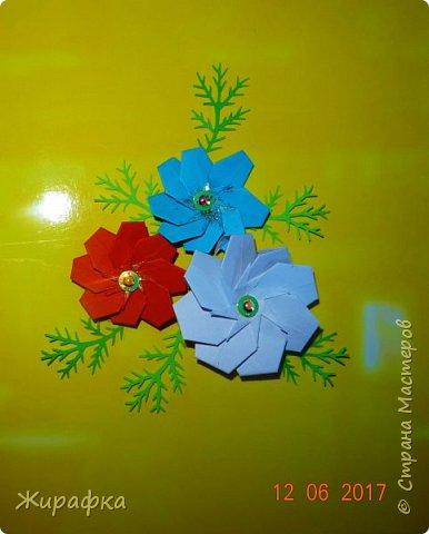 Третий цветок, честное слово, белый. Это на фотографии так получилось. А панно у меня уже нет, чтобы перефотографировать. фото 1