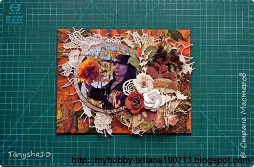 """Всем привет!!! Сегодня еще хочу показать Вам небольшой МК как я делала свое тканевое панно по Доске вдохновения июня  """"Я Женщина!"""" для блога Скрап Релакс.Панно я сделала  в моем любимом ЭКО стиле,и с одной из любимых фотографий,вернее о памятных моментах того прекрасного октябрьского дня.Погода стояла волшебная,желтые листья лежали ковром,и мы с семьей решили выйти на маленькую фотосессию.На этой фотографии глядя в даль,я задумалась о прекрасном,о новых начинаниях и приключениях которые ждут меня впереди )))).      Размер панно 18 см * 21 см,в работе использовала переплетный картон,синтепон,ткань,вырубку,высечки,шишки,стеклянный камушек,чипборд,сизаль,кружево,цветочки,акриловая краска. Вот такое панно у меня получилось: фото 11"""