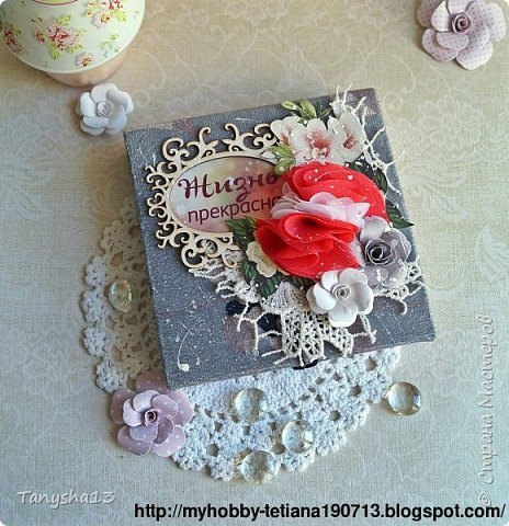 И снова здравствуйте!!! В этом посте покажу Вам коробочки для подарков.Первая круглая коробочка для важных мелочей,секретиков,украшений и прочего девочкового сокровища,которые мы так любим собирать ))).В работе использовала,бумагу,кружево,вырезанные элементы,цветы,фишка,стеклянный камушек,акриловая краска. Вот так выглядит верх коробочки. фото 7
