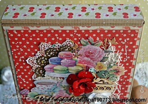 И снова здравствуйте!!! В этом посте покажу Вам коробочки для подарков.Первая круглая коробочка для важных мелочей,секретиков,украшений и прочего девочкового сокровища,которые мы так любим собирать ))).В работе использовала,бумагу,кружево,вырезанные элементы,цветы,фишка,стеклянный камушек,акриловая краска. Вот так выглядит верх коробочки. фото 13