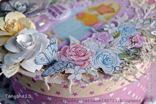 И снова здравствуйте!!! В этом посте покажу Вам коробочки для подарков.Первая круглая коробочка для важных мелочей,секретиков,украшений и прочего девочкового сокровища,которые мы так любим собирать ))).В работе использовала,бумагу,кружево,вырезанные элементы,цветы,фишка,стеклянный камушек,акриловая краска. Вот так выглядит верх коробочки. фото 5