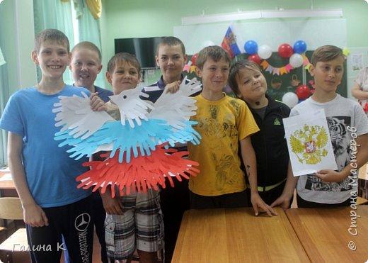 Уже несколько лет подряд День России проводим вместе с ребятами пришкольного лагеря.  Сегодня ребята, разделившись на команды, выполняли различные задания на 10 станциях. Покажу работы, которые мы сделали с ними. Все они выполнены в цветах российского флага. Команда мальчиков сделала голубя. фото 1
