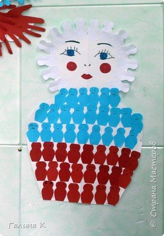 Уже несколько лет подряд День России проводим вместе с ребятами пришкольного лагеря.  Сегодня ребята, разделившись на команды, выполняли различные задания на 10 станциях. Покажу работы, которые мы сделали с ними. Все они выполнены в цветах российского флага. Команда мальчиков сделала голубя. фото 3