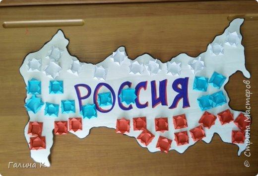 Уже несколько лет подряд День России проводим вместе с ребятами пришкольного лагеря.  Сегодня ребята, разделившись на команды, выполняли различные задания на 10 станциях. Покажу работы, которые мы сделали с ними. Все они выполнены в цветах российского флага. Команда мальчиков сделала голубя. фото 4