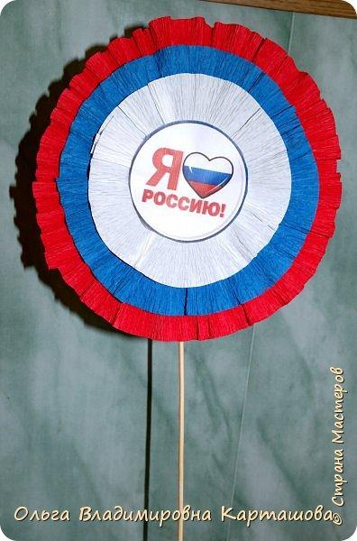 С праздником, Дорогая Страна Мастеров! С ДНЁМ РОССИИ! Хочу предложить вашему вниманию такой атрибут праздника, как цветок-триколор, так мы назвали его с ребятами, он очень прост в исполнении, но получить такой цветок на праздник России очень приятно. фото 1