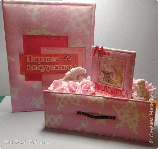 Выкладывала тут мэджик-бокс для новорожденной, ну и решила выложить ещё и это чудо)) Мамины сокровища. делала в подарок на первый год рождения. Ещё осенью. Но т.к. в Стране Мастеров давненько не появлялась, выкладываю сейчас))  Работа, естественно, не идеал, да я и не претендую)) Прошив кривой - с машинкой швейной я пока на Ваше Высочество, потому прошивала вручную, а бутерброд из переплетного картона, синтепона и ткани... В общем, пальцы были все исколоты))) фото 10
