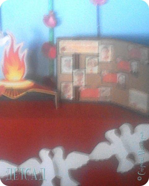 Вставай, страна огромная,  Вставай на смертный бой  С фашистской силой темною,  С проклятою ордой!   Песня «Священная война» Музыка: А.Александров, слова: В.Лебедев-Кумач   Данная композиция  выполнена к 22 июня — Дню памяти и скорби - дню начала Великой Отечественной войны (1941 год).   Красные гвоздики на гирлянде символизируют кровь, пролитую за Отечество советскими солдатами, символом памяти и благодарности к бойцам, погибшим во всех войнах. Белые голуби  - как символ мира, символ Победы. фото 3