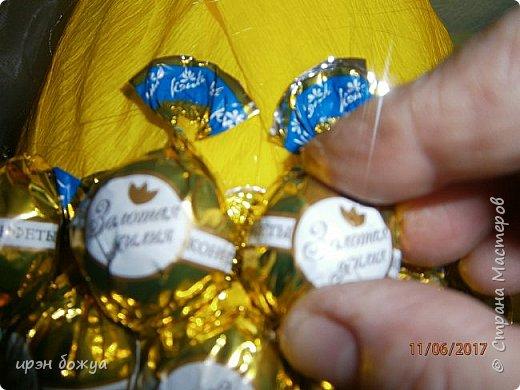 Сегодня у меня сладкое яблочко. Идея от Натали G http://stranamasterov.ru/node/1099130?c=favorite . Только у нее круглое яблочко и зеленое, я сделала желтое и немного вытянутое. Хвостик от настоящей яблони. Конфет ушло примерно 1 кг 200 гр. В высоту примерно 30 см с хвостиком. фото 10