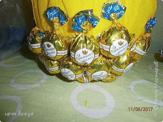 Сегодня у меня сладкое яблочко. Идея от Натали G http://stranamasterov.ru/node/1099130?c=favorite . Только у нее круглое яблочко и зеленое, я сделала желтое и немного вытянутое. Хвостик от настоящей яблони. Конфет ушло примерно 1 кг 200 гр. В высоту примерно 30 см с хвостиком. фото 9