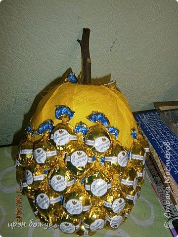 Сегодня у меня сладкое яблочко. Идея от Натали G http://stranamasterov.ru/node/1099130?c=favorite . Только у нее круглое яблочко и зеленое, я сделала желтое и немного вытянутое. Хвостик от настоящей яблони. Конфет ушло примерно 1 кг 200 гр. В высоту примерно 30 см с хвостиком. фото 11