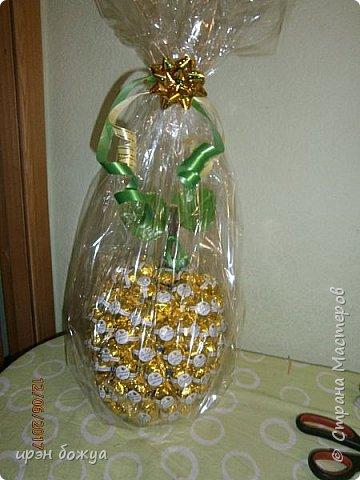 Сегодня у меня сладкое яблочко. Идея от Натали G http://stranamasterov.ru/node/1099130?c=favorite . Только у нее круглое яблочко и зеленое, я сделала желтое и немного вытянутое. Хвостик от настоящей яблони. Конфет ушло примерно 1 кг 200 гр. В высоту примерно 30 см с хвостиком. фото 14