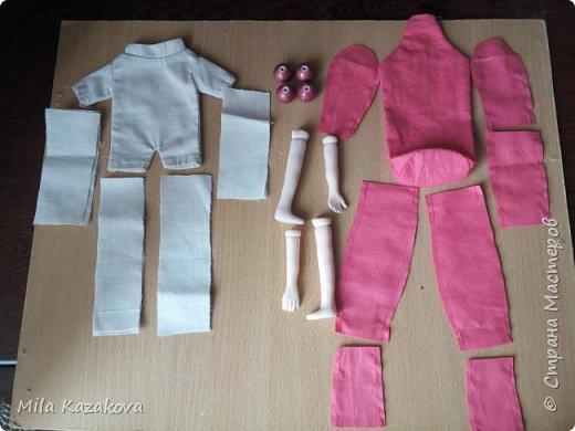 Шарнирная  подвижная куколка, 40см.  Сделана в смешанной технике. Головка, ручки и ножки вылеплены из пластика Фимо, мягкое тельце сшито из х/б плотной ткани. Соединение ручек и ножек в бусину. Для того, чтобы сшить такую шарнирную куколку, можно использовать любую выкройку текстильной куклы из интернета. Выкройка ножек и ручек разрезается примерно пополам. Набиваются отрезки  неплотно. Далее готовим их к соединению при помощи шарнира – бусины. Можно сделать соединение двумя способами.  Отрезки зашиваются с обеих сторон и немного на концах стягиваются, придавая округлую форму. Соединение через бусину делается насквозь отрезка. Сначала одного, потом соединение к нему второго отрезка через эту же бусину насквозь.  А можно не зашивая, только подвернуть внутрь  и подшить отрезки. В этом случае соединение отрезка с бусиной должно быть очень точным – бусина идеально должна войти во внутрь отрезка, прочно лечь на набивку. Пришивать не насквозь, а за один край, протягивая нитку в бусину и цепляя второй край отрезка. Бусины для соединения подойдут любые и из любого материала, главное определить размер, чтобы бусина уже в виде сустава хорошо смотрелась. Платье сшито из шифона, туфельки из кожзаменителя. Лицо расписано акриловыми красками. Волосы– искусственные трессы. Сделан парик. Тело с утяжелением внизу  гранулятом. Сидит без опоры на любой поверхности. Вторая куколка сделана в той же технике. Приятного просмотра. фото 2