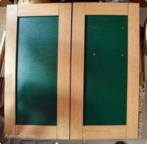 """Куда девать крышки от кастрюль и сковородок? Вопрос актуальный для многих. Один из вариантов предлагаю. Вот мой кухонный шкафчик. Раньше он был распашной на 2 дверцы. Сейчас это чудо-дверца (см. посты """"Чудесная дверца"""" и """"Дизайн чудо-дверцы""""). Однако, мой вариант годится и для обычных дверец. Заглянем внутрь. фото 1"""