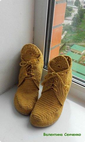 Решила связать себе ботиночки к весне.Были старые босоножки,все оторвала и привязывала к подошве.Нитки хлопок.Получились очень удобные.Думала пятка будет выскальзывать,но нет,все в порядке с пяткой. фото 2