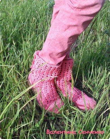 Решила связать себе ботиночки к весне.Были старые босоножки,все оторвала и привязывала к подошве.Нитки хлопок.Получились очень удобные.Думала пятка будет выскальзывать,но нет,все в порядке с пяткой. фото 5