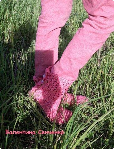 Решила связать себе ботиночки к весне.Были старые босоножки,все оторвала и привязывала к подошве.Нитки хлопок.Получились очень удобные.Думала пятка будет выскальзывать,но нет,все в порядке с пяткой. фото 6