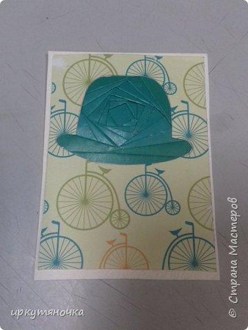 """Англия у нас сделана в новой технике """"айрис фолдинг"""", мне она понравилась, первая карточка получилась только с третьего раза, но результатом я довольна! Решила я сделать шапку Шерлока Холмса, но не нашла схемы. Поэтому будет Доктор Ватсон! Подумала, что просто черные будет скучно, и решила сделать шляпы цветными. Еще купила бумагу и случайно выяснилось, что велосипед который на ней изображен, так же относится к Англии. В Англии 1872 году Джейм Старли выпустил первый велосипед с большим колесом спереди – «Ариэль», позже он получил название «пенни-фартинг», из-за внешнего вида  этот велосипед сбоку напоминал британские монеты, следующие друг за другом «пенни» и «фартинг», размер которых значительно отличаются.  А приготовить я вам предлагаю завтрак """"Овсянка, сэр!"""" фото 2"""
