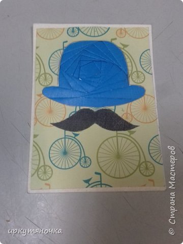 """Англия у нас сделана в новой технике """"айрис фолдинг"""", мне она понравилась, первая карточка получилась только с третьего раза, но результатом я довольна! Решила я сделать шапку Шерлока Холмса, но не нашла схемы. Поэтому будет Доктор Ватсон! Подумала, что просто черные будет скучно, и решила сделать шляпы цветными. Еще купила бумагу и случайно выяснилось, что велосипед который на ней изображен, так же относится к Англии. В Англии 1872 году Джейм Старли выпустил первый велосипед с большим колесом спереди – «Ариэль», позже он получил название «пенни-фартинг», из-за внешнего вида  этот велосипед сбоку напоминал британские монеты, следующие друг за другом «пенни» и «фартинг», размер которых значительно отличаются.  А приготовить я вам предлагаю завтрак """"Овсянка, сэр!"""" фото 3"""