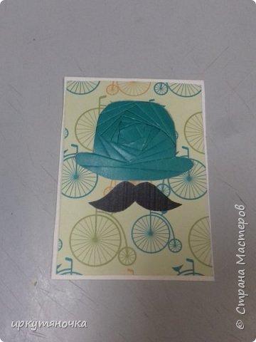 """Англия у нас сделана в новой технике """"айрис фолдинг"""", мне она понравилась, первая карточка получилась только с третьего раза, но результатом я довольна! Решила я сделать шапку Шерлока Холмса, но не нашла схемы. Поэтому будет Доктор Ватсон! Подумала, что просто черные будет скучно, и решила сделать шляпы цветными. Еще купила бумагу и случайно выяснилось, что велосипед который на ней изображен, так же относится к Англии. В Англии 1872 году Джейм Старли выпустил первый велосипед с большим колесом спереди – «Ариэль», позже он получил название «пенни-фартинг», из-за внешнего вида  этот велосипед сбоку напоминал британские монеты, следующие друг за другом «пенни» и «фартинг», размер которых значительно отличаются.  А приготовить я вам предлагаю завтрак """"Овсянка, сэр!"""" фото 6"""