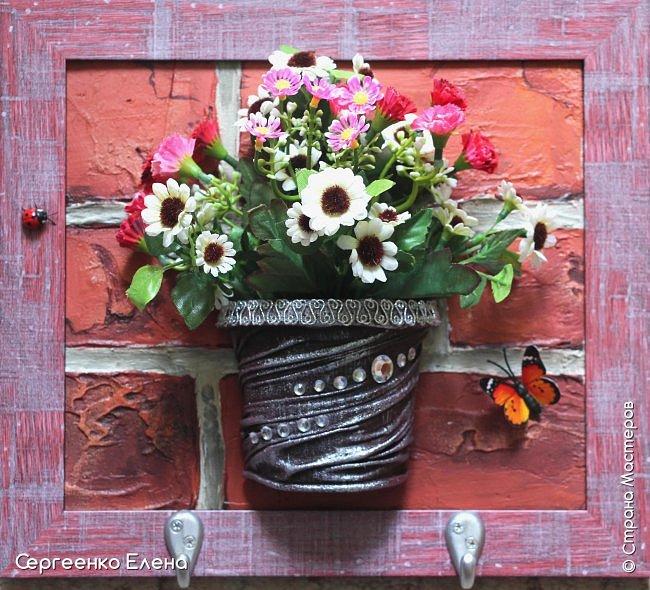 Добрый день или вечер, соседи по Стране! Давно не выставляла работы на свою страничку. Сегодня решила показать.  первая работа - ключница. Кирпичная стена - шпаклёвка, гуашь. Кашпо - капрон, бусины, краска акрил. Букетик - искусственные цветы. фото 1