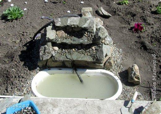 Всем здравствуйте! Однажды в саду делал родничок, запись об этом можете посмотреть, там совсем все просто. А тут я замахнулся на большее) Решил сделать водопад. Все этапы я не фотографировал, увлекся работой, да и руки были по локоть в цементе. В принципе и водопад создать не сложно, только по времени дольше, но оно того стоит, прекрасное украшение сада. фото 4