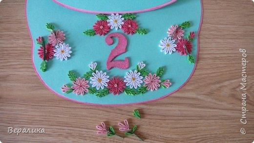 Эта открытка сделана на День рождения моей младшей внучки Алисы, которой исполнилось всего 2 годика! Открыточка выглядит не совсем по детски! Девочка наша  уже большая и умненькая: знает буквы русского и английского алфавита, знает цифры и считает до 15, рисует, лепит, знает не только основные 6 цветов, но узнает и называет фиолетовый, сиреневый, оранжевый, голубой..., любит рассматривать книги...Сама одевается и обувается, кормит кота и сама давно владеет ложкой и вилкой... Поэтому, открыточку и решила сделать в виде монограммы. Сама открытка размером 18х21см. Ширина ножек буквы всего 28мм.Использовала мятный и розовый цвета для основы. А лисичка здесь присутствует потому, что мама называет свою дочурку ЛИСИЧКОЙ и ЛИСОЧКОЙ. фото 11