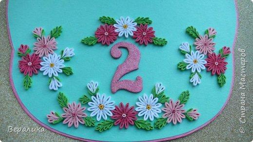 Эта открытка сделана на День рождения моей младшей внучки Алисы, которой исполнилось всего 2 годика! Открыточка выглядит не совсем по детски! Девочка наша  уже большая и умненькая: знает буквы русского и английского алфавита, знает цифры и считает до 15, рисует, лепит, знает не только основные 6 цветов, но узнает и называет фиолетовый, сиреневый, оранжевый, голубой..., любит рассматривать книги...Сама одевается и обувается, кормит кота и сама давно владеет ложкой и вилкой... Поэтому, открыточку и решила сделать в виде монограммы. Сама открытка размером 18х21см. Ширина ножек буквы всего 28мм.Использовала мятный и розовый цвета для основы. А лисичка здесь присутствует потому, что мама называет свою дочурку ЛИСИЧКОЙ и ЛИСОЧКОЙ. фото 14