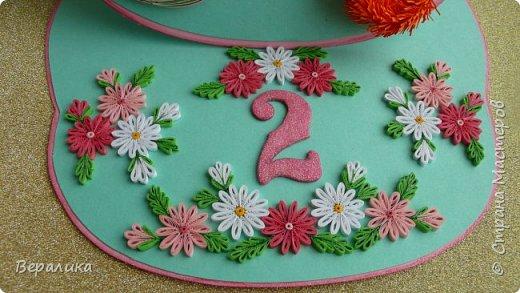 Эта открытка сделана на День рождения моей младшей внучки Алисы, которой исполнилось всего 2 годика! Открыточка выглядит не совсем по детски! Девочка наша  уже большая и умненькая: знает буквы русского и английского алфавита, знает цифры и считает до 15, рисует, лепит, знает не только основные 6 цветов, но узнает и называет фиолетовый, сиреневый, оранжевый, голубой..., любит рассматривать книги...Сама одевается и обувается, кормит кота и сама давно владеет ложкой и вилкой... Поэтому, открыточку и решила сделать в виде монограммы. Сама открытка размером 18х21см. Ширина ножек буквы всего 28мм.Использовала мятный и розовый цвета для основы. А лисичка здесь присутствует потому, что мама называет свою дочурку ЛИСИЧКОЙ и ЛИСОЧКОЙ. фото 8