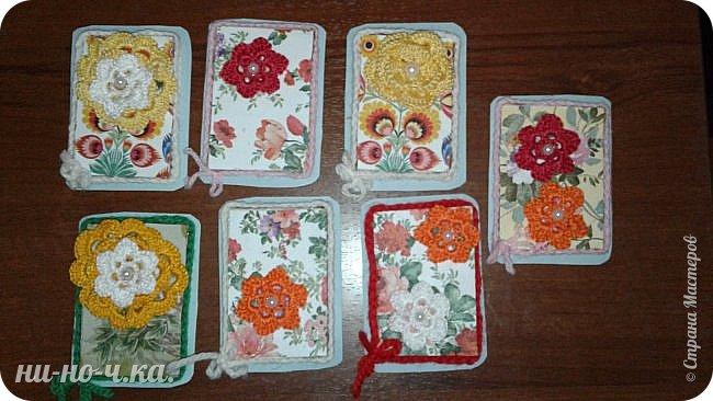 """Здравствуйте, дорогие мастерицы! Сегодня я хочу с вами поделиться своими АТС-ками - серия """"Лето"""", состоит из 7 шт. Цветы вязаны крючком из ниток """"ирис"""" и украшены полу-бусинами, фон из салфеточной бумаги, приклеенной на упаковочный картон и срезы украшены вязаной цепочкой. фото 1"""