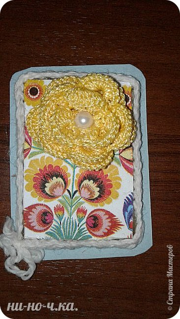 """Здравствуйте, дорогие мастерицы! Сегодня я хочу с вами поделиться своими АТС-ками - серия """"Лето"""", состоит из 7 шт. Цветы вязаны крючком из ниток """"ирис"""" и украшены полу-бусинами, фон из салфеточной бумаги, приклеенной на упаковочный картон и срезы украшены вязаной цепочкой. фото 7"""