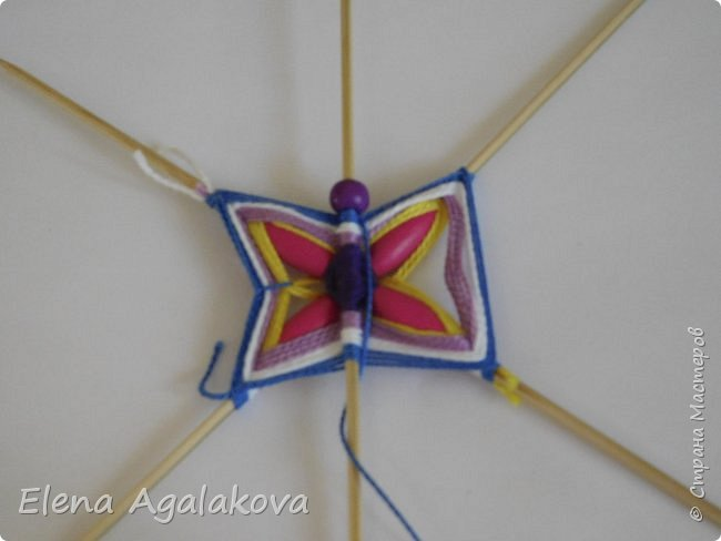 Хочу показать плетение Мандалы-Бабочки. Это достаточно простое плетение, которое несложно освоить.  Бабочка — символ души, бессмертия, возрождения и воскресения, способности к превращениям, к трансформации, символ жизни, любви и счастья. Бабочки очень гранциозные создания! Эта мандала украсит ваш дом и будет радовать вас в любое время года! фото 24