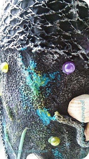 Простая бутылка из под сока. Немного облагородила,теперь будет морская))). Ничего особенного,шпатлёвка,манка,сеточка(от лука наверно),ракушки,бусинки,цепочки.. Фотографировала без лака. Писать особо нечего,просто посмотрите. фото 3