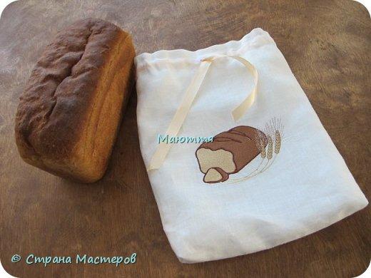 Сижу я, сижу... и вдруг....вплывает у меня в памяти, что где-то залежался у меня кусочек белого льна. Я бросаю шить заказ, нахожу этот лён и вышиваю мешочки для хранения хлеба.  Да, вот так неожиданно и спонтанно)) фото 2
