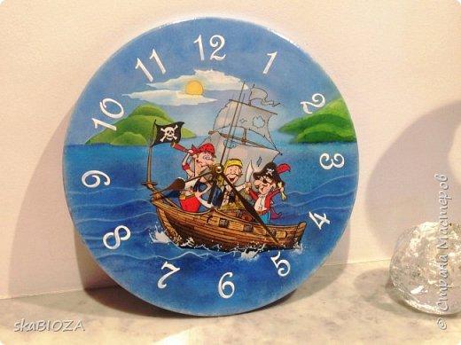 """Здравствуйте, дорогие рукодельницы любимой Страны!  Люблю, очень люблю делать часы. Помимо пользы, это и хороший подарок, которым можно подчеркнуть индивидуальность будущего владельца, сделать вещь в его вкусе.  Мой внук очень любит пиратов, эта тема его почему-то притягивает, у него масса фигурок пиратов, он строит из ЛЕГО модели пиратских кораблей и шхун, населенных этими персонажами. Вот я и решила сделать ему в подарок """"пиратские"""" часы. Внуку 5,5 лет, пусть учится понимать время. фото 2"""
