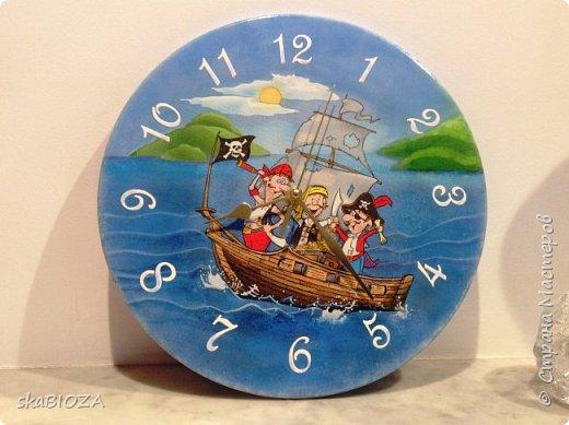 """Здравствуйте, дорогие рукодельницы любимой Страны!  Люблю, очень люблю делать часы. Помимо пользы, это и хороший подарок, которым можно подчеркнуть индивидуальность будущего владельца, сделать вещь в его вкусе.  Мой внук очень любит пиратов, эта тема его почему-то притягивает, у него масса фигурок пиратов, он строит из ЛЕГО модели пиратских кораблей и шхун, населенных этими персонажами. Вот я и решила сделать ему в подарок """"пиратские"""" часы. Внуку 5,5 лет, пусть учится понимать время. фото 1"""