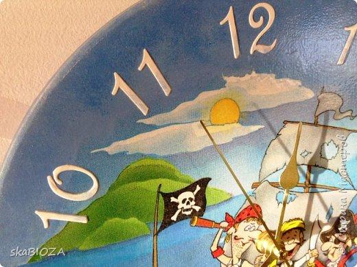 """Здравствуйте, дорогие рукодельницы любимой Страны!  Люблю, очень люблю делать часы. Помимо пользы, это и хороший подарок, которым можно подчеркнуть индивидуальность будущего владельца, сделать вещь в его вкусе.  Мой внук очень любит пиратов, эта тема его почему-то притягивает, у него масса фигурок пиратов, он строит из ЛЕГО модели пиратских кораблей и шхун, населенных этими персонажами. Вот я и решила сделать ему в подарок """"пиратские"""" часы. Внуку 5,5 лет, пусть учится понимать время. фото 4"""
