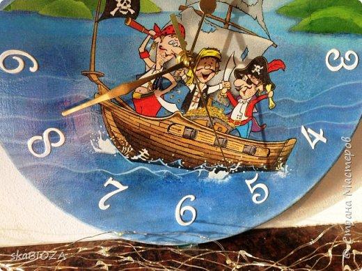"""Здравствуйте, дорогие рукодельницы любимой Страны!  Люблю, очень люблю делать часы. Помимо пользы, это и хороший подарок, которым можно подчеркнуть индивидуальность будущего владельца, сделать вещь в его вкусе.  Мой внук очень любит пиратов, эта тема его почему-то притягивает, у него масса фигурок пиратов, он строит из ЛЕГО модели пиратских кораблей и шхун, населенных этими персонажами. Вот я и решила сделать ему в подарок """"пиратские"""" часы. Внуку 5,5 лет, пусть учится понимать время. фото 5"""