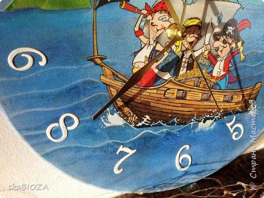 """Здравствуйте, дорогие рукодельницы любимой Страны!  Люблю, очень люблю делать часы. Помимо пользы, это и хороший подарок, которым можно подчеркнуть индивидуальность будущего владельца, сделать вещь в его вкусе.  Мой внук очень любит пиратов, эта тема его почему-то притягивает, у него масса фигурок пиратов, он строит из ЛЕГО модели пиратских кораблей и шхун, населенных этими персонажами. Вот я и решила сделать ему в подарок """"пиратские"""" часы. Внуку 5,5 лет, пусть учится понимать время. фото 3"""