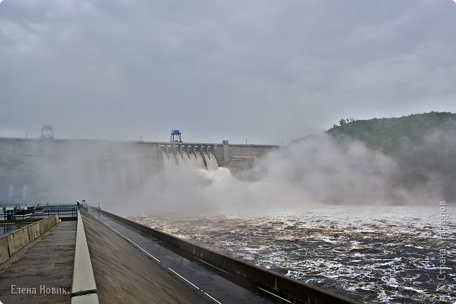 Поездка на ГЭС, в прошлом году,  случилась внезапно. В одной из поездок по области экскурсовод обмолвилась, что там начинаются холостые сбросы я и вцепилась. Турфирма организовала  все быстро, И через четыри для мы поехали.  Писатель из меня, прямо скажем, никакой, поэтому букв будет по минимуму. Холостые сбросы воды на ГЭС зрелище очень красивое, завораживающее, это стоит увидеть хотя бы раз. Холостой сброс идет мимо турбин. У нас в июне было дождливо и водохранилище наполнилось до критической отметки, вот ее и сбрасывали.  Краткая информация о Бурейской ГЭС в двух фото. фото 3